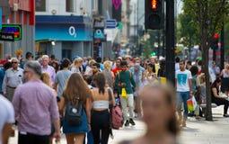 Lopend in de straat van Oxford, de belangrijkste bestemming van Londoners voor het winkelen modern het levensconcept Stock Foto