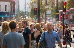 Lopend in de straat van Oxford, de belangrijkste bestemming van Londoners voor het winkelen het UK Stock Afbeelding