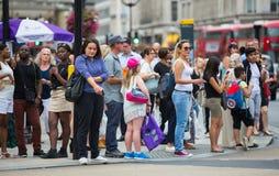 Lopend in de straat van Oxford, de belangrijkste bestemming van Londoners voor het winkelen het UK Stock Foto