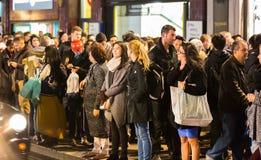 Lopend in de straat van Oxford, de belangrijkste bestemming van Londoners voor het winkelen het UK Stock Foto's