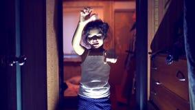 Lopend die undead zombiemeisje met kwaad wordt bezeten stock footage