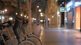 Lopend door fiets die post in nachtstad delen, Valencia stock videobeelden