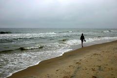 Lopend door zeekust, III stock foto's