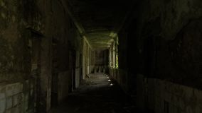 Lopend in het verlaten gebouw in Tskaltubo, Georgië stock video