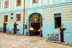 Lopend in historische stad Sighisoara op 17 Juli, 2014 Stad waarin geboren Vlad Tepes, Dracula was Royalty-vrije Stock Foto's