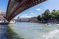 Lopend langs de smalle straten en de kanalen van Venetië, Italië Stock Fotografie