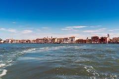 Lopend langs de smalle straten en de kanalen van Venetië, Italië Stock Foto