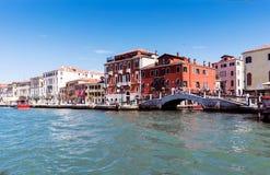 Lopend langs de smalle straten en de kanalen van Venetië, Italië Royalty-vrije Stock Afbeelding