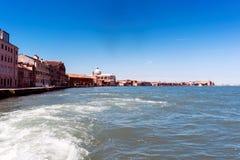 Lopend langs de smalle straten en de kanalen van Venetië, Italië Royalty-vrije Stock Foto's