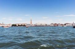 Lopend langs de smalle straten en de kanalen van Venetië, Italië Royalty-vrije Stock Afbeeldingen