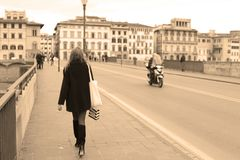 Lopend meisje in de straat stock afbeeldingen