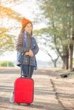 Lopend meisje met bagage Stock Afbeeldingen