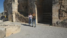 Lopend met kaart in Oude stad Perge, openlucht antiek historisch museum