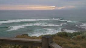 Lopend om de mening in Twaalf apostelen in Australië bij zonsondergang te zien, dolly beweging stock video