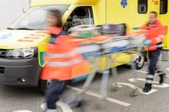 Lopend onscherp paramediciteam met brancard stock afbeeldingen