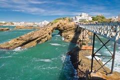 Lopend op mooie voetgangersbrug tot rocher DE La vierge op Atlantische kustlijn met klippen leiden en turkooise oceaan die in Bia Stock Afbeelding