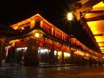 Lopend Straat in de Oude Stad van Lijiang bij Nacht met langzame gesloten snelheid royalty-vrije stock afbeelding