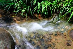 Lopend Water over Rotsen Royalty-vrije Stock Afbeeldingen