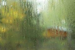 Lopend waterdalingen op glasvenster Stock Afbeeldingen