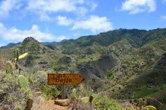Lopend Weg met Wegwijzer op Bergketen op Tenerife, Canarische Eilanden, Spanje, Europa Royalty-vrije Stock Foto