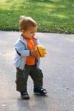 Lopende baby met bal in zijn handen Royalty-vrije Stock Afbeeldingen
