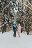 Lopende familie met een kind Familiegangen in aard in de winter De gang van de de winterfamilie in aard Heel wat sneeuw royalty-vrije stock fotografie
