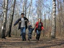Lopende familie in park Royalty-vrije Stock Foto