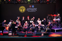 Lopende Jazz Big Band op stadium Royalty-vrije Stock Afbeelding