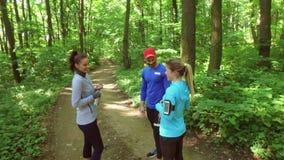 Lopende jogging in bosvrouw opleiding, het lopen, het aanstoten, geschiktheid, agent-4k video stock footage