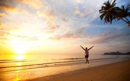 Lopende jonge pretmens op overzees strand Royalty-vrije Stock Foto