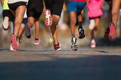 Lopende kinderen, jonge die atleten in een ras van de jonge geitjeslooppas in werking worden gesteld stock foto