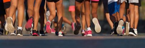 Lopende kinderen, jonge die atleten in een ras van de jonge geitjeslooppas in werking worden gesteld stock fotografie