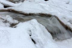 Lopende kreek in de sneeuw Stock Afbeelding