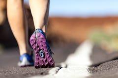 Lopende of lopende benen in bergen, avontuur en het uitoefenen Royalty-vrije Stock Foto