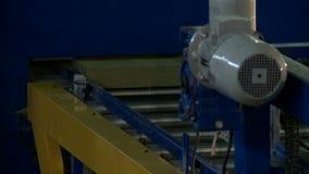Lopende machine in productiewinkel, close-up stock videobeelden
