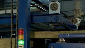 Lopende machine voor productie van sandwichpanelen stock video