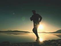 Lopende Mens Jongen die snel op het ochtendstrand lopen Sportmanagent, die kerel aanstoten Stock Foto's