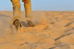 Lopende mens op het zand in de woestijn royalty-vrije stock afbeelding