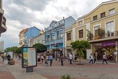 Lopende mensen bij centrale straat in stad van Plovdiv, Bulgarije Royalty-vrije Stock Afbeeldingen