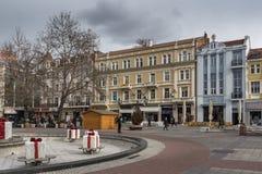 Lopende mensen bij de centrale voetstraat in stad van Plovdiv, Bulgarije stock foto