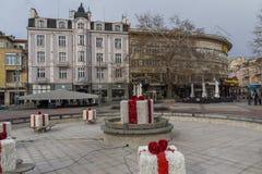 Lopende mensen bij de centrale voetstraat in stad van Plovdiv, Bulgarije royalty-vrije stock foto