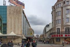 Lopende mensen bij de centrale voetstraat in stad van Plovdiv, Bulgarije royalty-vrije stock afbeelding