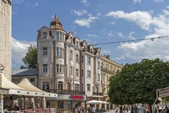 Lopende mensen bij Voetstraten op het centrum van stad van Plovdiv, Bulgarije stock afbeelding