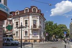 Lopende mensen bij Voetstraten op het centrum van stad van Plovdiv, Bulgarije stock foto's