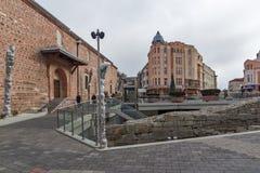 Lopende mensen en Straat in district Kapana, stad van Plovdiv, Bulgarije Stock Foto's