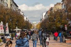Lopende mensen op Boulevard Vitosha in stad van Sofia, Bulgarije Stock Afbeeldingen