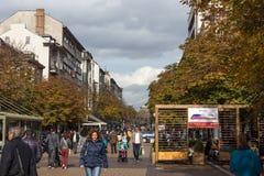 Lopende mensen op Boulevard Vitosha in stad van Sofia, Bulgarije Royalty-vrije Stock Fotografie