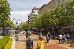 Lopende mensen op Boulevard Vitosha in stad van Sofia, Bulgarije royalty-vrije stock afbeelding
