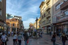 Lopende mensen op centrale straat van Stad van NOS, Servië stock foto's