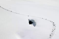 Lopende mensen op de sneeuw van Zwitserse Jungfrau Royalty-vrije Stock Foto's
